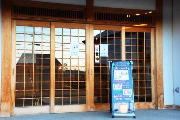 講堂の入り口にある看板。営業中の札もかかっている