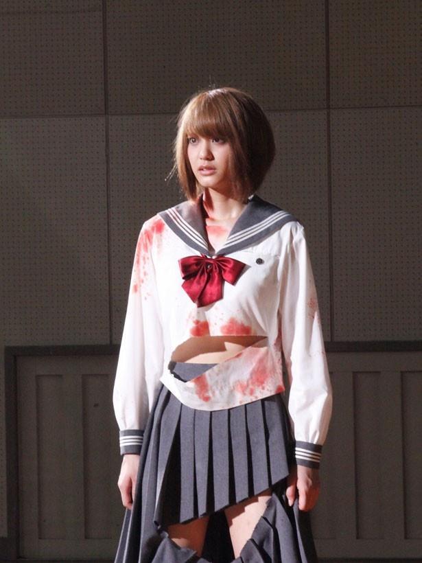 【写真を見る】山崎紘菜の制服が破けて、おなかと太ももがちらり!