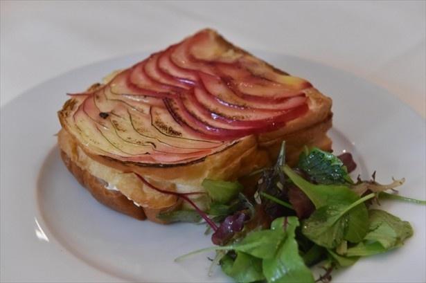 リンゴの甘みが感じられる「カマンベールチーズとハム りんごのクロックムッシュ」(1200円)
