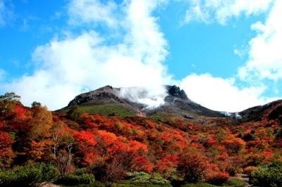 4位の那須高原・那須岳周辺(栃木県那須郡那須町)。茶臼岳や朝日岳でモミジ、ナナカマド、ドウダンツツジなどの紅葉が楽しめる