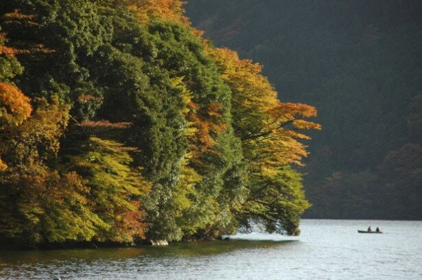 7位の箱根・芦ノ湖(神奈川県足柄下郡箱根町)。遊覧船やハイキングも楽しめる