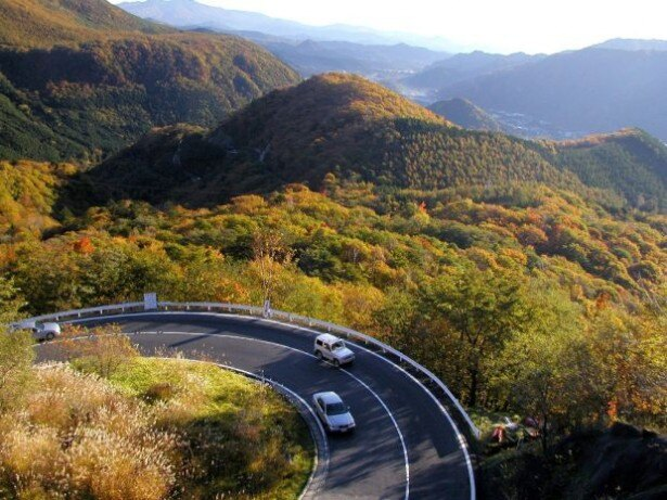 10位の日光・いろは坂(栃木県日光市)は日光市街と中禅寺湖・奥日光を結ぶ全長15.8kmの山岳道路で、「日本の道100選」の1つ