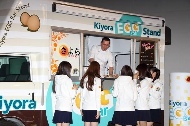 出来上がった「Kiyora EGG Bar」を受け取りに行く乃木坂46のメンバー