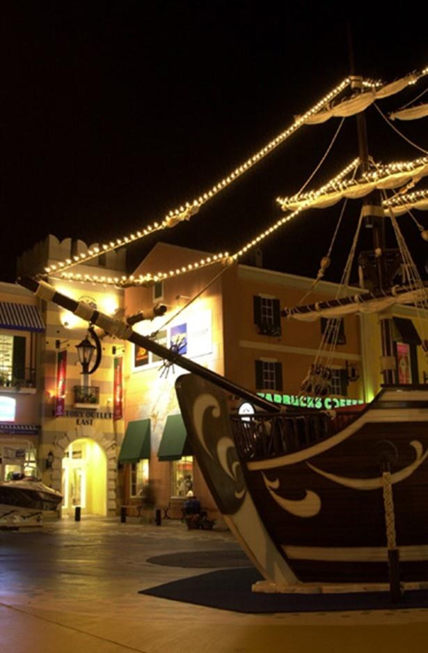 ライトアップされた三井アウトレットパーク マリンピア神戸の船の広場