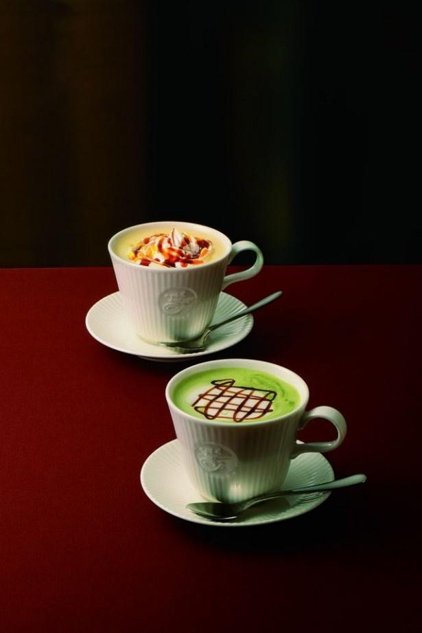 【写真を見る】宇治抹茶に黒蜜とミルクを合わせた「宇治抹茶黒みつラテ」(手前360円から)とスイーツのような仕立ての「パンプキンカラメルラテ」(奥380円から)