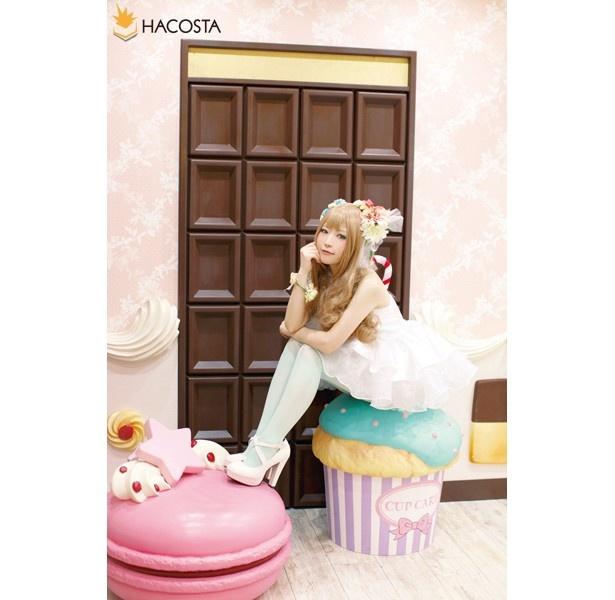 【写真を見る】チョコレートの扉にカップケーキの椅子!夢にまで見たお菓子の家風セットにメロメロ ※写真はHACOSTADIUMcosset池袋本店「お菓子の部屋」