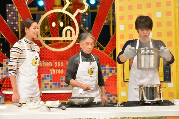 【写真を見る】窪田は、すみれ(写真左)と堺正章(写真中央)と共に「サーモンクリームパスタ」作りに挑戦