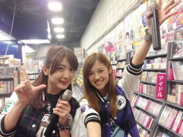 【写真を見る】タワーレコード広島店を訪れた(写真左から)森咲樹、佐藤綾乃。緊張気味の森に対して、佐藤はノリノリ!