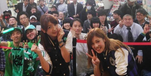 集まった広島のファンと記念撮影
