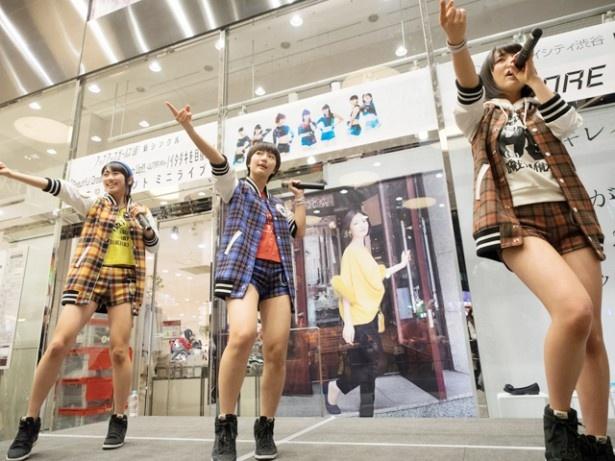 東京・マルイシティ渋谷を訪れたのは(写真左から)佐保明梨、新井愛瞳、関根梓の3人