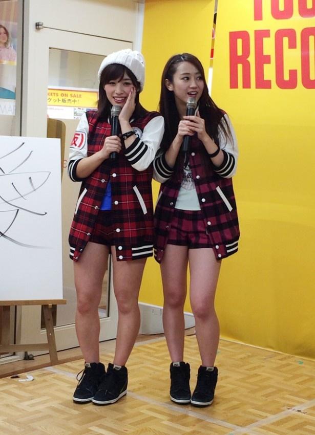 (写真左から)仙石みなみ、古川小夏は北海道・タワーレコード札幌ピヴォ店へ