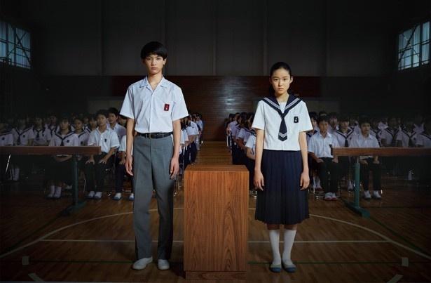 主演・藤野涼子と神原和彦役の板垣瑞生が強いまなざしで正面を見据える!