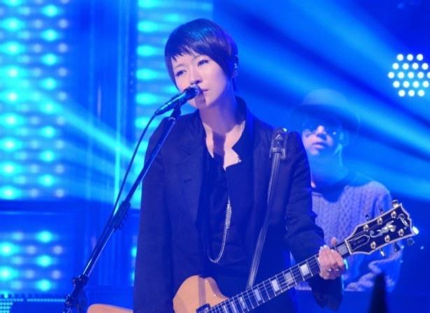 ライブで熱唱する椎名林檎