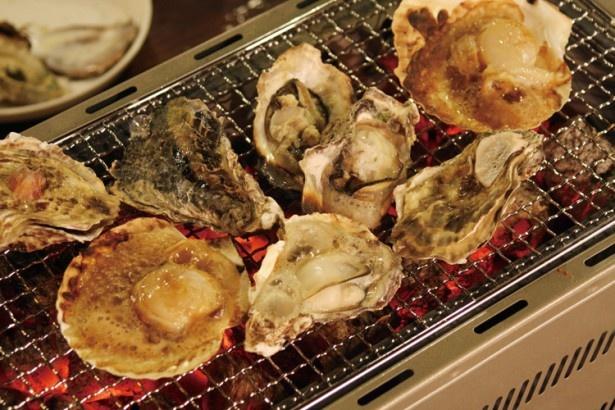 【写真を見る】ざうお天神店は、カキやホタテなど魚介づくし!