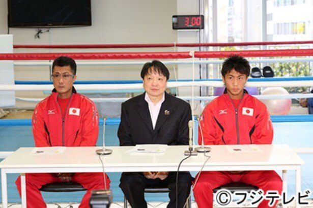 記者会見に臨む(左から)井上真吾トレーナー、大橋秀行会長、井上尚弥