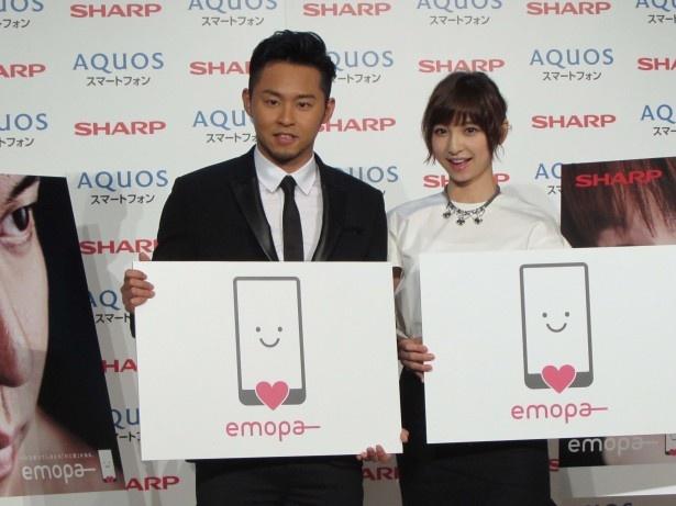 スマートフォン「AQUOS」の新機能「emopa(エモパー)」の紹介動画に出演し、その発表会に登場した北島康介選手(左)と篠田麻里子(右)