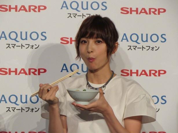【写真を見る】とり鍋をほおばる篠田麻里子