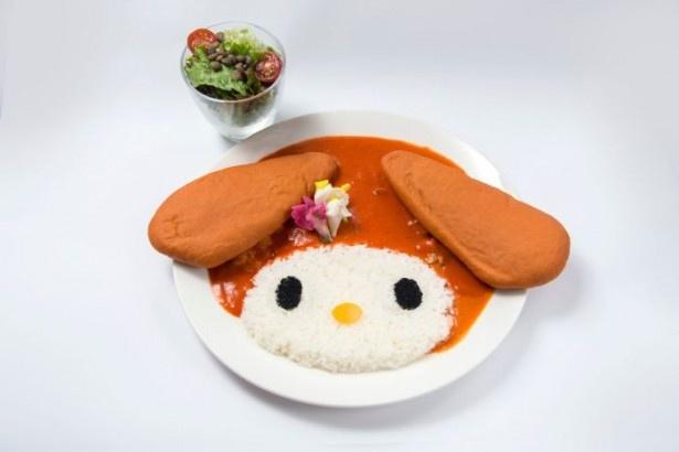 マイメロディの顔に見立てた「マイメロディのココナッツレッドカレー レンズ豆のサラダ添え」(税抜1380円)