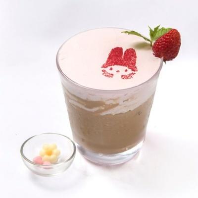 花やハートの形をしたチョコレートでデコレーションできる「マイメロディラテ(ICE)」(税抜650円)