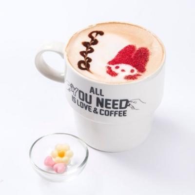 ほろ苦いホットラテ「マイメロディラテ(HOT)」(税抜650円)はミルクがピンク色!