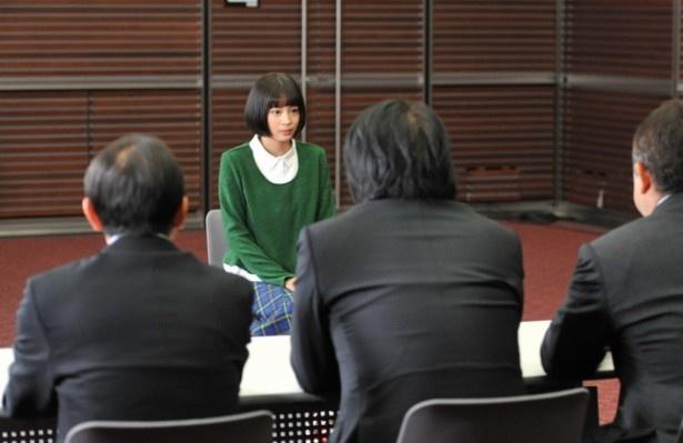 広瀬は局長やプロデューサーたちから、予想外の主演決定の話を聞く