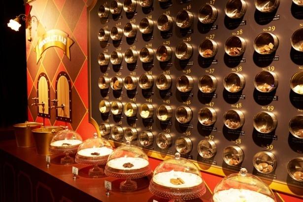 伯爵が世界中から集めた約60種類のチョコレート。無料でテイスティングもできる