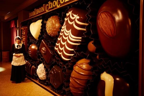 「こども部屋」の壁に飾られた巨大ボンボンショコラ