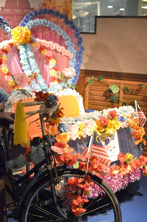 会場には、マレーシアの景観を彩る椅子のついた自転車、トライショーが飾られている