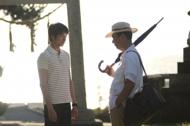 """長男・一歩(左・向井理)と父・武士(右・長塚京三)の""""父と子の葛藤""""が物語の軸になる"""
