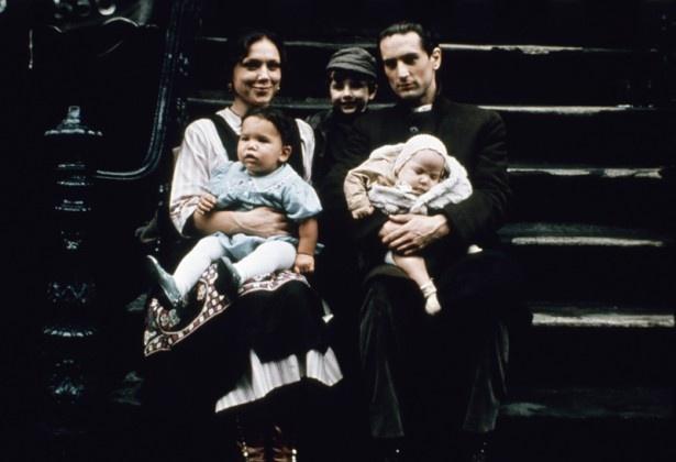 【写真を見る】若きビト・コルレオーネを演じたロバート・デ・ニーロはアメリカ出身にも関わらず完璧なイタリア語をマスターし、第47回アカデミー賞で助演男優賞を受賞