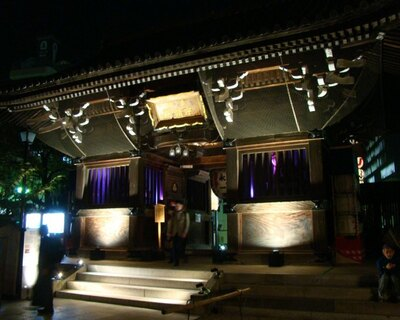 「お櫛田さん」の愛称で親しまれる櫛田神社。博多祇園山笠の奉納で知られる名刹では、光のアーティストによる特別展が開催される