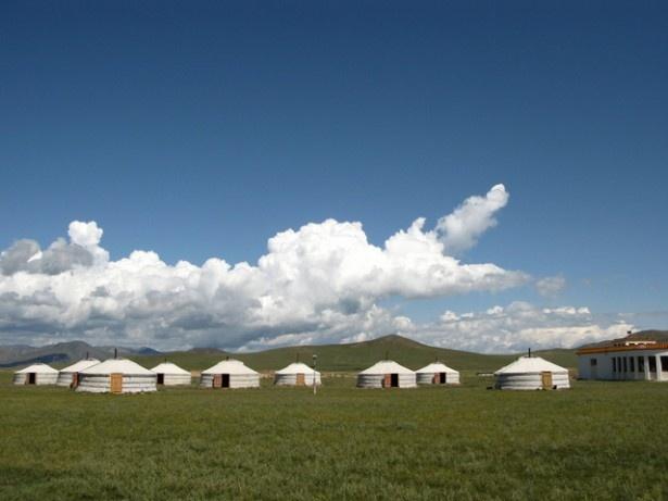 草原に住む遊牧民が使用する移動式住居、ゲル。逸ノ城はこのような環境の中で育った