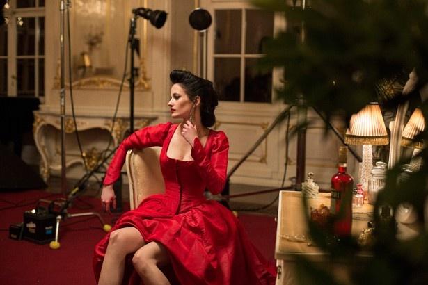 真っ赤なドレスがセクシー!