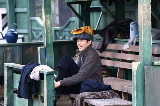 【写真を見る】こんな可愛らしい一面も!池松自身、野球が得意とあって、そのプレーにも注目したい