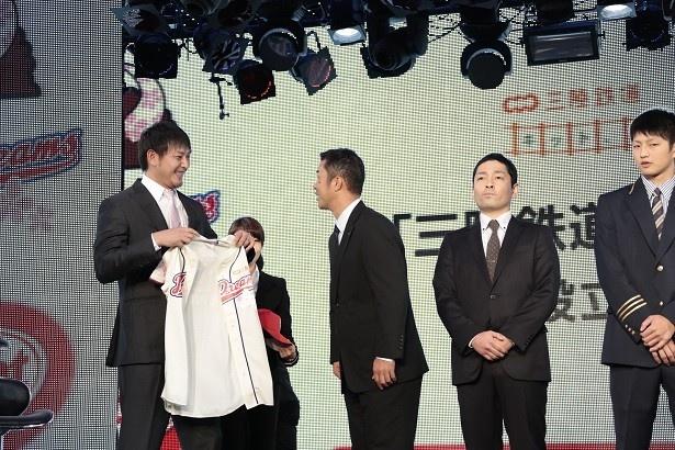 岩隈GMから選手一人一人にユニフォームを手渡した