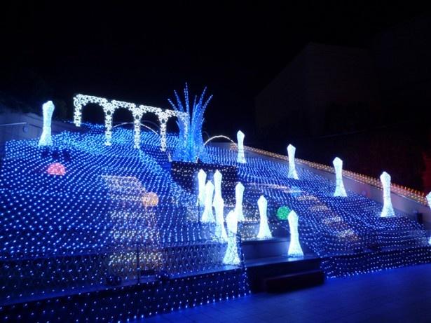 なんばパークスの円形劇場に登場した「天空の庭」は音に合わせて光が変化