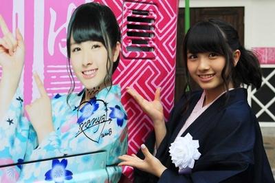 AKB48ラッピングバスにサインを書く大和田南那