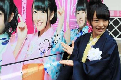 AKB48ラッピングバスにサインを書く向井地美音