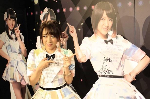 AKB48フォトスポットブースのパネルにサインを書く高橋みなみ