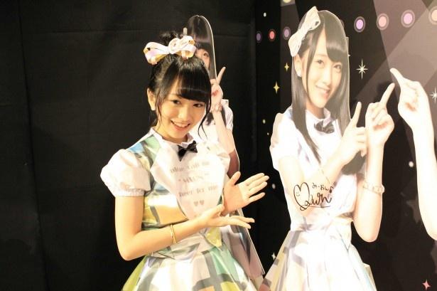 AKB48フォトスポットブースのパネルにサインを書く向井地美音