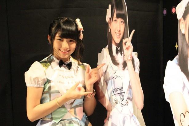 AKB48フォトスポットブースのパネルにサインを書く大和田南那