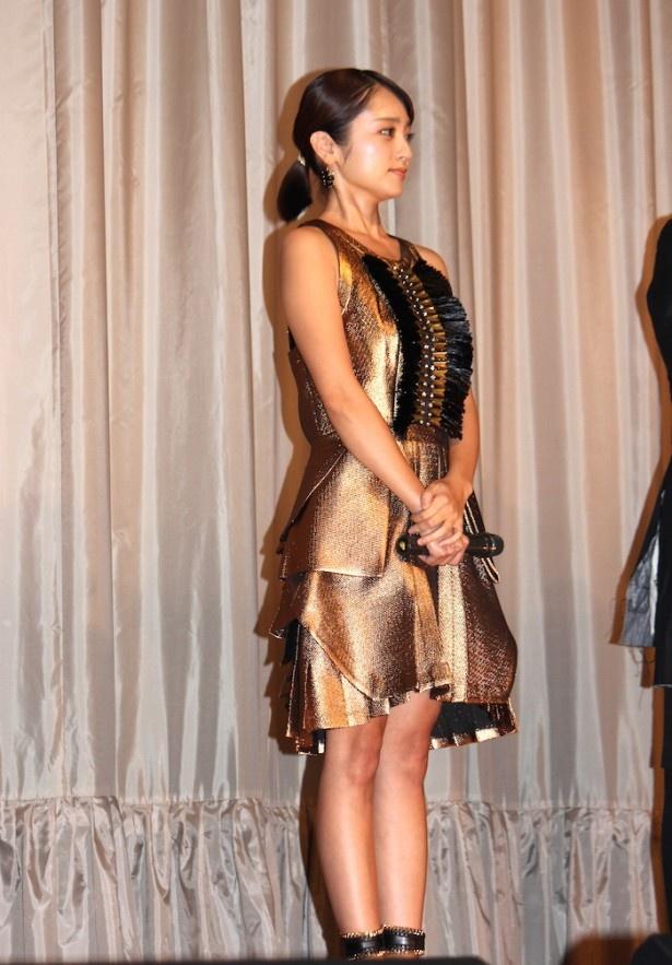 【写真を見る】ゴージャスなゴールドのドレスで登場した安達祐実