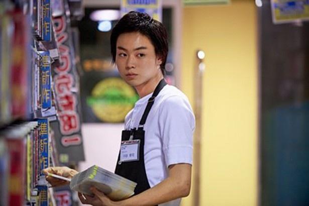 志乃に言い寄るバイト先の同僚・川谷を演じる菅田将暉