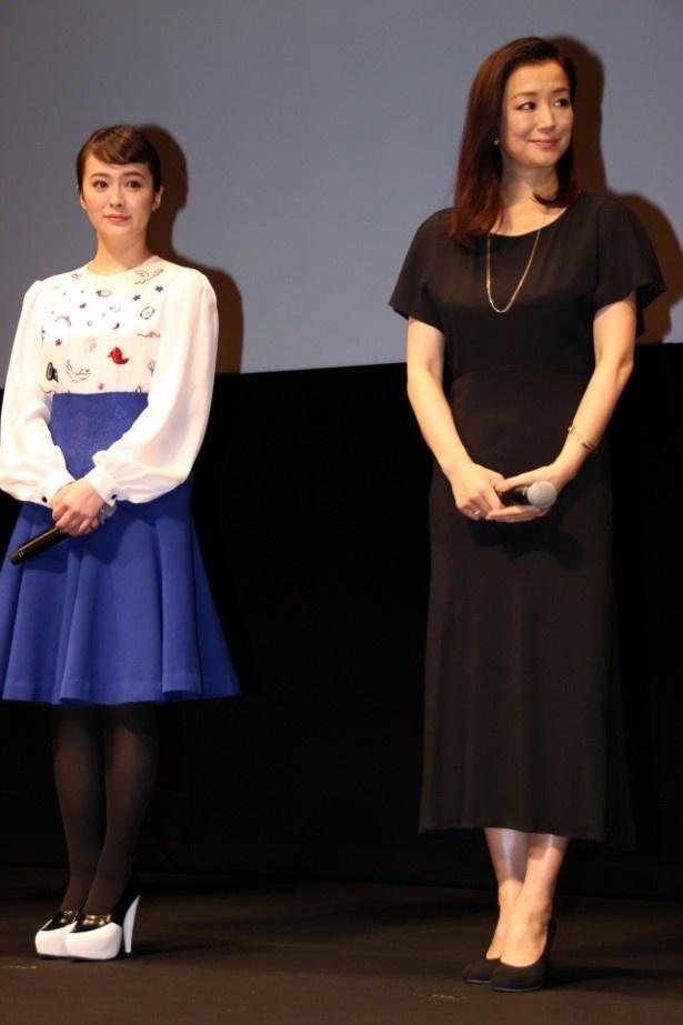 【写真を見る】鈴木京香はシックな黒のドレス、貫地谷しほりは白いブラウスに青いスカートで登壇