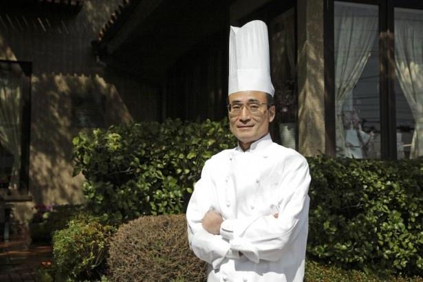 【写真を見る】鎌倉にあるパティスリーMIWAのパティシエ、三輪壽人男氏。同じく鎌倉の名店、レ・ザンジュのシェフを長年務めたスイーツ業界の重鎮