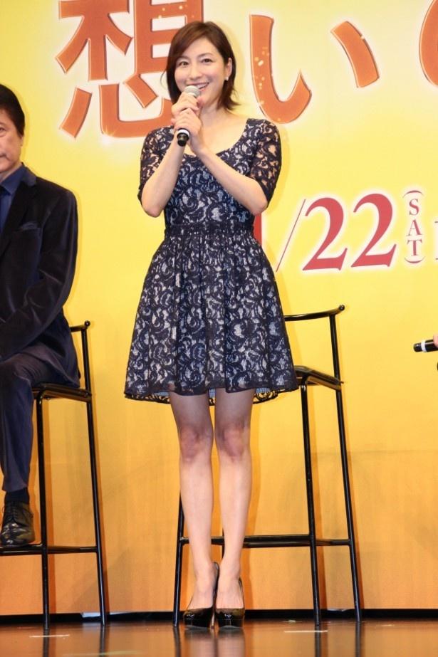 【写真を見る】広末涼子は黒のレースのセクシーなワンピースで美脚を披露