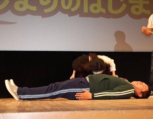 【写真を見る】武田梨奈、オテンキ・のりのお腹に頭突きをくらわす!