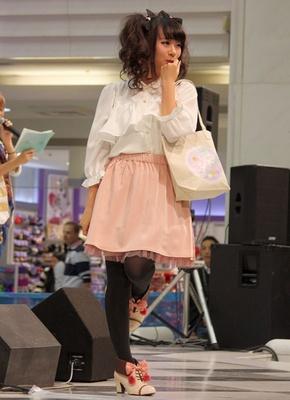 サテライト会場で行なわれたSuperGroupiesスペシャルファッションショー&ミニライブ