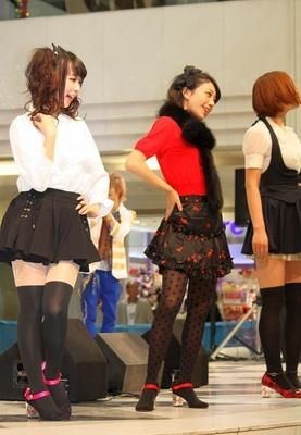 アニメとのコラボファッションがステージで紹介された