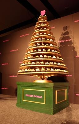 「N.Y.カップケーキ」で作られた高さ1.8mのクリスマスツリー。登場した瞬間、会場は甘い香りに包まれた。CMでも使用!